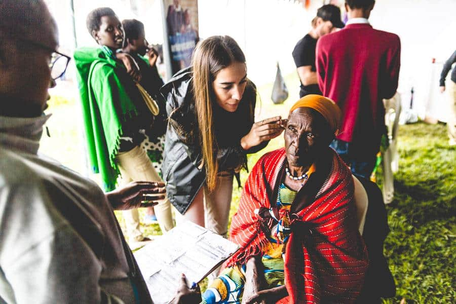 az-lstn-es-a-starkey-hearing-ruandaba-vitte-a-hallas-ajandekat