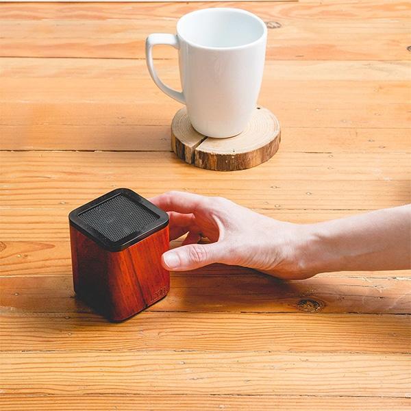 Az LSTN SATELLITE Bluetooth Hangszóró Cseresznyefából A Telefonhívások Kezelésére Is Kiváló
