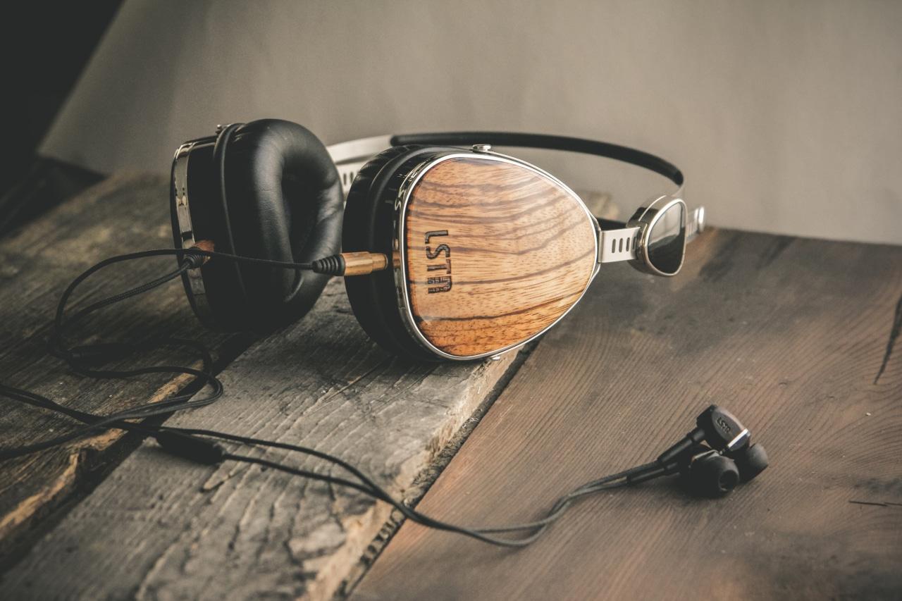 Fejhallgató és fülhallgató fából