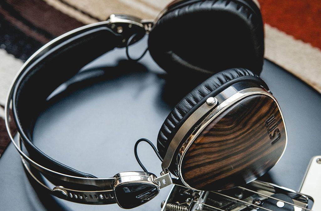 A különböző anyagokból készült fülhallgatók hangzása